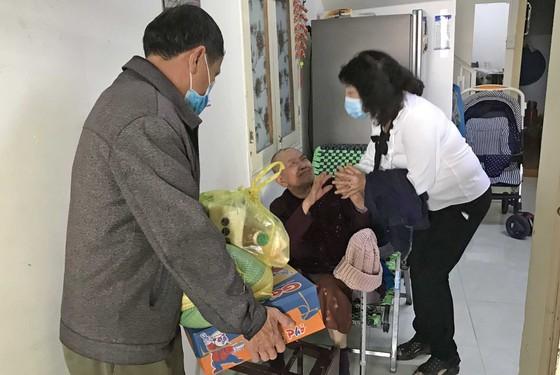 Đà Lạt: Hàng ngàn phần quà trao tận nhà người có hoàn cảnh khó khăn trong mùa dịch ảnh 5