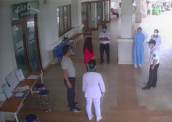 Khởi tố người đánh bảo vệ bệnh viện khi được yêu cầu khai báo y tế ảnh 1