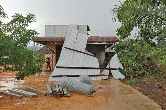 Lốc xoáy làm tốc mái hàng chục căn nhà ảnh 1