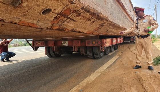 Xe chở thuyền dài 28m lên đèo Bảo Lộc bị phạt hơn 90 triệu đồng ảnh 1