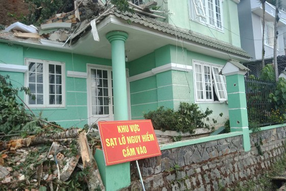 Đà Lạt: Di dời người dân sau mưa lớn gây sạt lở đất ảnh 1