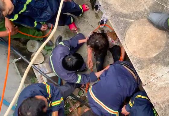 Cứu kịp thời người phụ nữ rơi xuống giếng sâu 25m ảnh 2