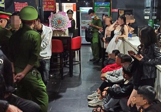 Đột kích quán beer, karaoke, phát hiện 20 người dương tính với ma túy ảnh 1