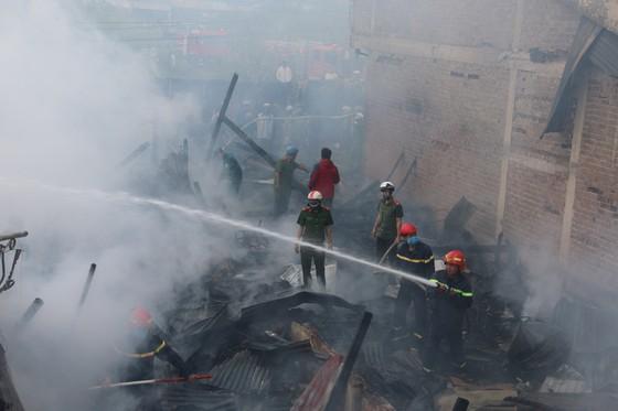 Cháy lớn thiêu rụi 4 căn nhà liền kề ảnh 1