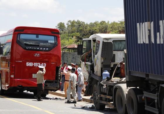 Xe container va chạm xe khách khiến Quốc lộ 20 ùn tắc kéo dài ảnh 1