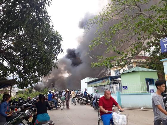 Cháy bãi phế liệu, 540 học sinh phải nghỉ học ảnh 1