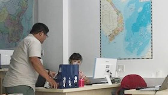"""Phẫn nộ khách Trung Quốc mặc áo """"đường lưỡi bò"""" đến Việt Nam ảnh 1"""