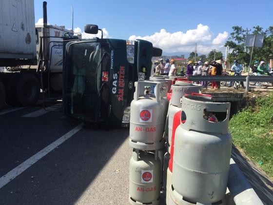 Xe chở bình gas lật nhào trên quốc lộ ảnh 1