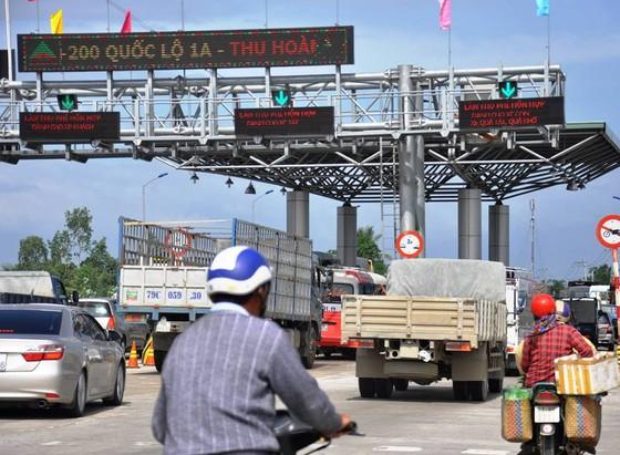 Trạm thu phí BOT Ninh Lộc lại xả trạm vì tài xế dừng xe giữa làn thu phí ảnh 1