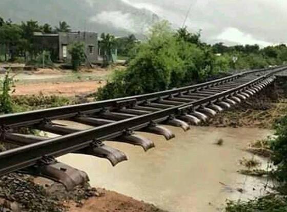 Vũng Tàu - Bến Tre mưa lớn, gió giật mạnh, Khánh Hòa - Ninh Thuận ngập lụt, đường sắt tê liệt  ảnh 18