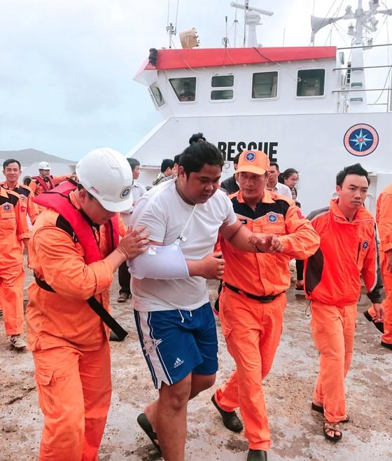 Cứu 4 thuyền viên Philippines bị tai nạn trên biển ảnh 2
