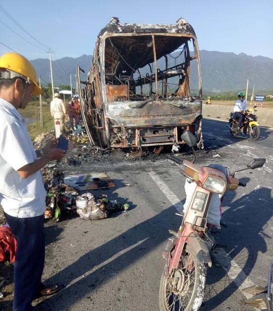 Xe giường nằm bốc cháy dữ dội, 40 hành khách thoát chết trong gang tấc  ảnh 1