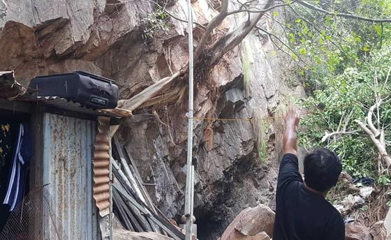 2 mẹ con bị đứt lìa chân, tay sau vụ lở đá trên đồi Trại Thủy ảnh 1