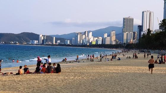 Người dân Nha Trang và du khách vẫn 'vô tư' tụ tập tắm biển  ảnh 2