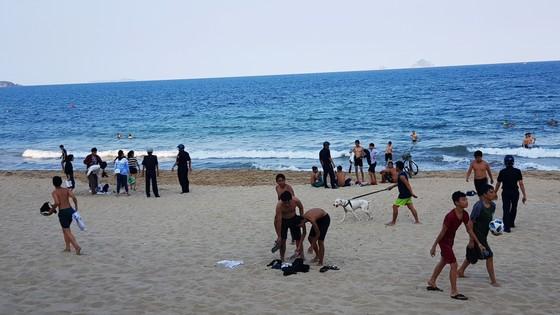 Người dân Nha Trang và du khách vẫn 'vô tư' tụ tập tắm biển  ảnh 4