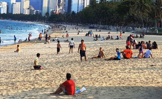 Người dân Nha Trang và du khách vẫn 'vô tư' tụ tập tắm biển  ảnh 1