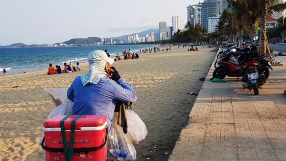 Người dân Nha Trang và du khách vẫn 'vô tư' tụ tập tắm biển  ảnh 5