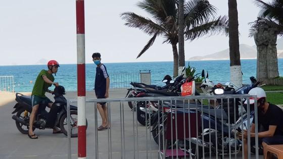 Người dân Nha Trang và du khách vẫn 'vô tư' tụ tập tắm biển  ảnh 6