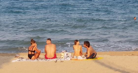 Người dân Nha Trang và du khách vẫn 'vô tư' tụ tập tắm biển  ảnh 3