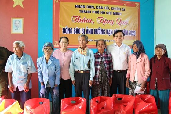 Phó Bí thư Thành ủy TPHCM Võ Thị Dung thăm, trao tiền hỗ trợ người dân vùng hạn hán Ninh Thuận ảnh 2