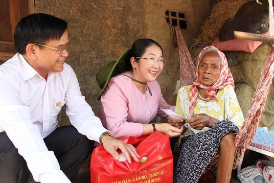 Phó Bí thư Thành ủy TPHCM Võ Thị Dung thăm, trao tiền hỗ trợ người dân vùng hạn hán Ninh Thuận ảnh 4