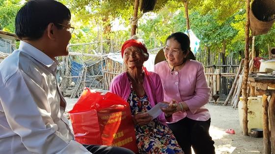 Phó Bí thư Thành ủy TPHCM Võ Thị Dung thăm, trao tiền hỗ trợ người dân vùng hạn hán Ninh Thuận ảnh 5