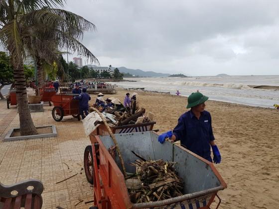 """Biển Nha Trang """"ngập"""" rác sau mưa lũ ảnh 5"""