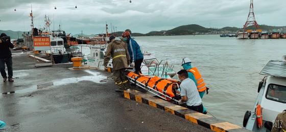 Cứu 4 thuyền viên tàu nước ngoài bị nạn trên biển ảnh 1