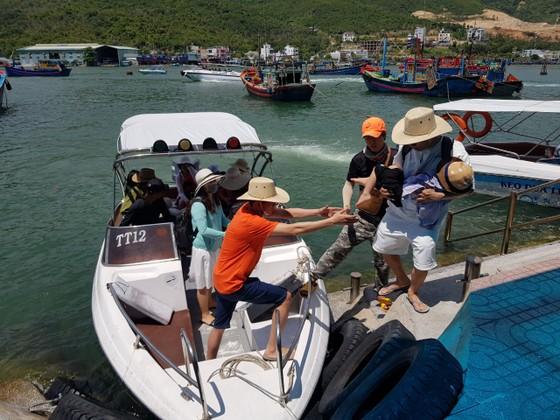 Khách đi tour biển đảo Nha Trang tăng đột biến ảnh 1