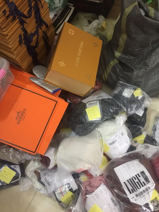 """Tóm gọn 1 """"tổng kho"""" Dior, Chanel, Luis vuiton, Gucci... toàn là tem mác Trung Quốc ảnh 2"""