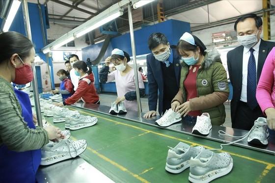 Đề nghị doanh nghiệp mua khẩu trang cho người lao động ảnh 1