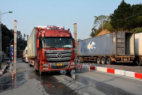 Gần 700 xe nông sản nằm chờ ở cửa khẩu biên giới phía Bắc ảnh 1