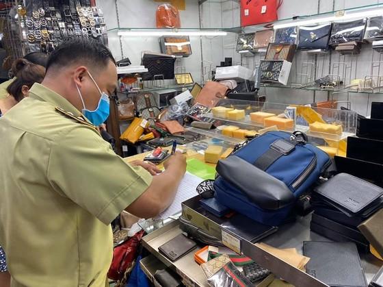 Thu giữ 1.500 đồng hồ, kính, ví... có dấu hiệu giả nhãn hiệu nổi tiếng tại chợ Bến Thành, Saigon Square ảnh 2