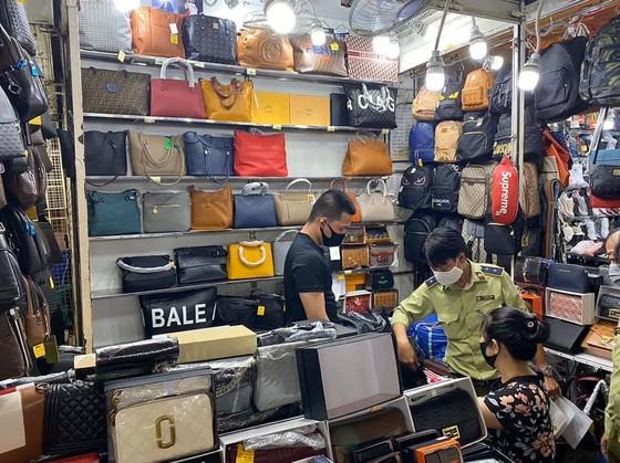 Thu giữ 1.500 đồng hồ, kính, ví... có dấu hiệu giả nhãn hiệu nổi tiếng tại chợ Bến Thành, Saigon Square ảnh 4