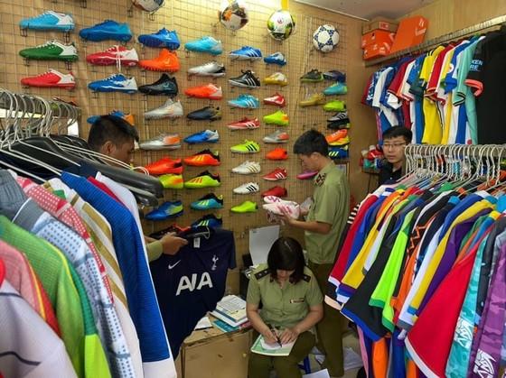 Shop hàng hiệu mang danh giày dép, quần áo Adidas nhưng là đồ giả ảnh 1