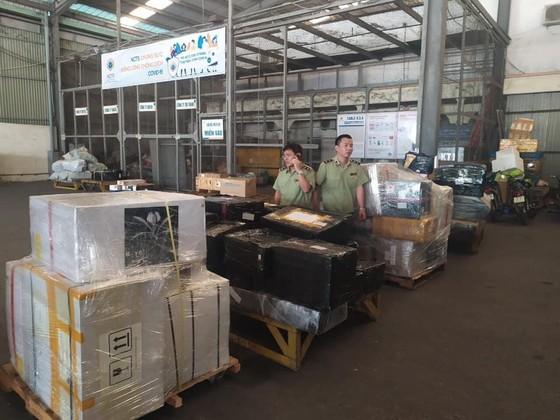 Phát hiện lô hàng lậu hơn 1.800 sản phẩm tại kho Công ty cổ phần dịch vụ hàng hóa Nội Bài ảnh 6