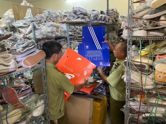 Tạm giữ hơn 5 ngàn sản phẩm có dấu hiệu giả nhãn hiệu Adidas, Nike  ảnh 1