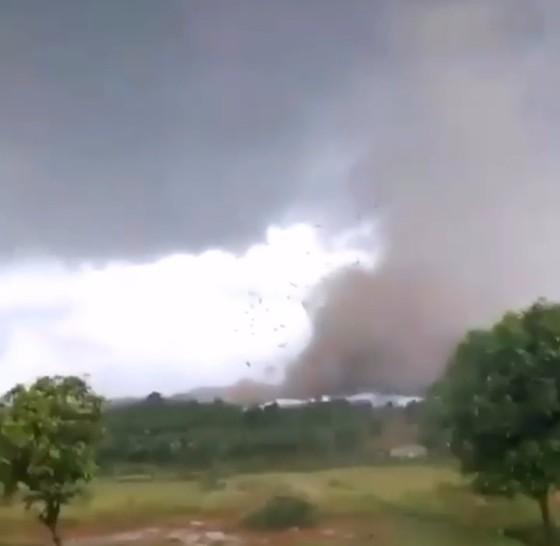 Lốc xoáy, sập xưởng gỗ, 3 người thiệt mạng, 20 người bị thương ảnh 2