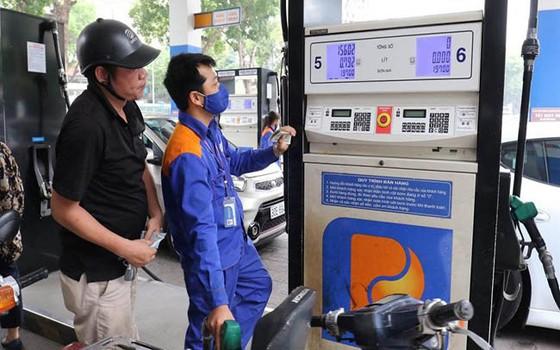 Giá xăng RON95 giảm nhẹ, giá xăng E5RON92 giữ nguyên ảnh 1