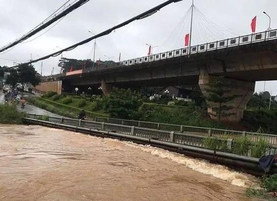 Mưa gió lại làm 2 người chết, 1 cây cầu sắp sập ảnh 1