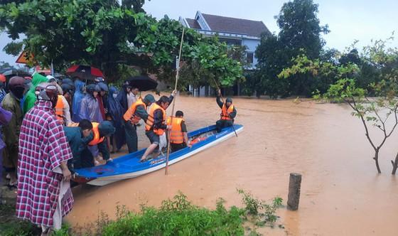 Sơ tán khẩn 26.000 người tránh lũ lụt ở miền Trung ảnh 2
