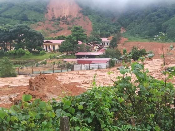 Miền Trung đang mưa như trút, hàng trăm người chết và mất tích ảnh 3