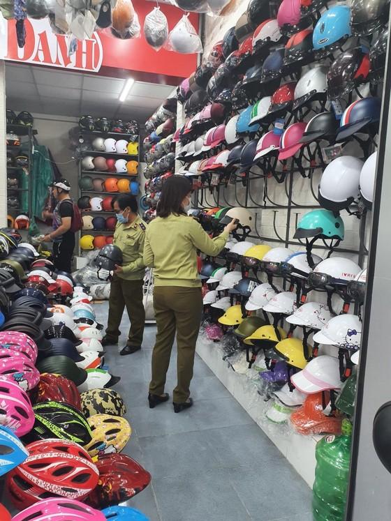 Bắt gần 1.000 nón bảo hiểm và mỹ phẩm 'mượn thương hiệu' ảnh 3