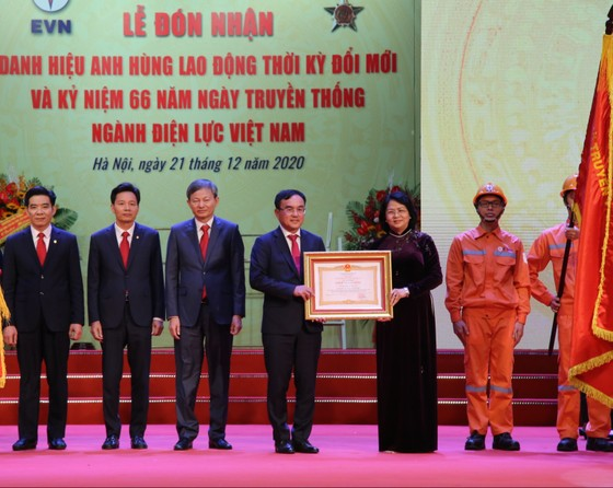 Điện lực Việt Nam đón nhận danh hiệu Anh hùng Lao động ảnh 1