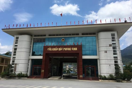 6 lãnh đạo và cán bộ hải quan ở cửa khẩu Bắc Phong Sinh bị tạm đình chỉ ảnh 1