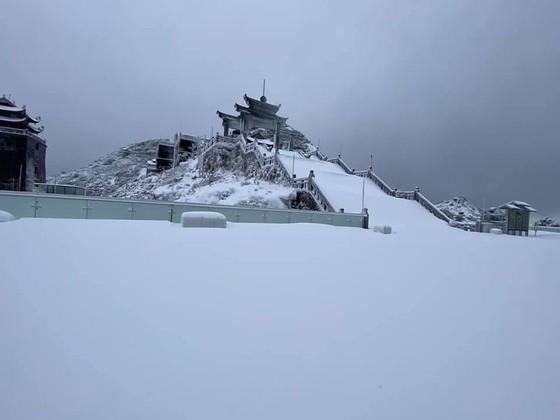 Băng tuyết tiếp tục phủ trắng đỉnh Fansipan ảnh 2