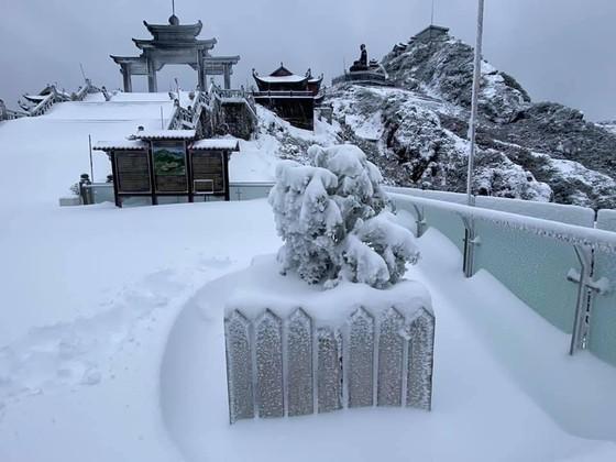 Băng tuyết tiếp tục phủ trắng đỉnh Fansipan ảnh 4