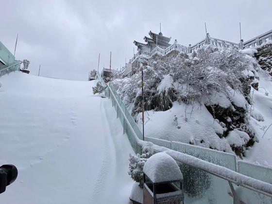 Băng tuyết tiếp tục phủ trắng đỉnh Fansipan ảnh 6