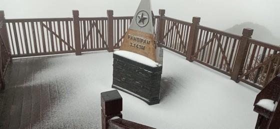 Băng tuyết tiếp tục phủ trắng đỉnh Fansipan ảnh 8
