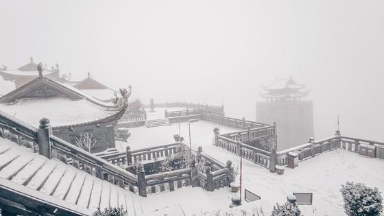 Băng tuyết tiếp tục phủ trắng đỉnh Fansipan ảnh 1